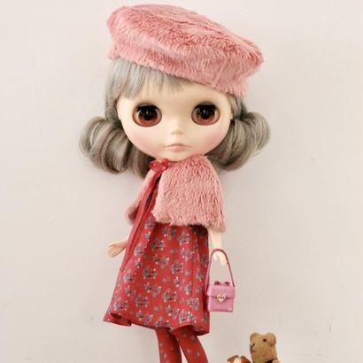 【 予約品(柄違い) 】フェイクファーケープ &  Aライン 薔薇を着たワンピース ( 赤)+ フェイクファーベレー帽(ピンク) & 薔薇を着たソックス ( 赤) キット