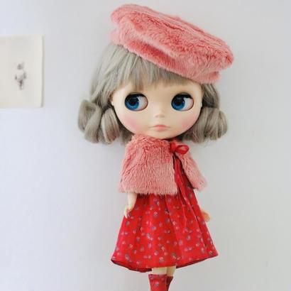 【 予約品 】フェイクファーケープ &  Aライン 薔薇を着たワンピース ( 赤)+ フェイクファーベレー帽(ピンク) & 薔薇を着たソックス ( 赤) キット