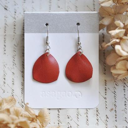 ヌメ革で作った赤い花びらのピアス/イヤリング