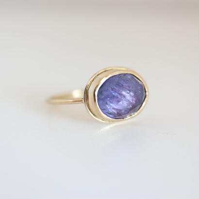 K18  TANZANITE  OVAL  RING