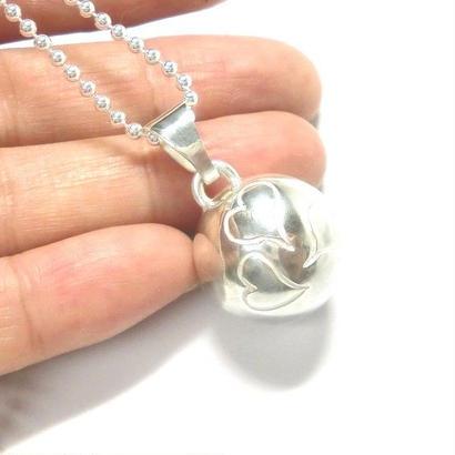 ハート模様の銀の鈴のネックレス   直径17mm