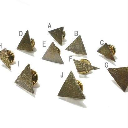三角形の真鍮ピンバッチ