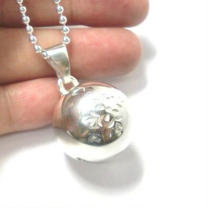 銀の鈴のペンダントトップ   ・花の刻印模様