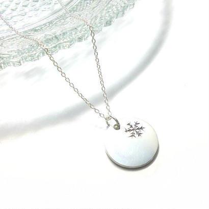雪の結晶のネックレス
