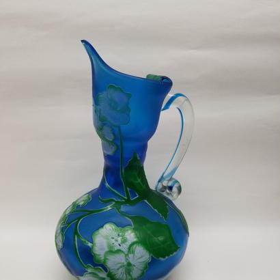 ガレスタイルガラス花瓶 蔦柄手付き水差し型花瓶ブルー