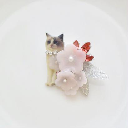 淡い桜とビジューのブローチ