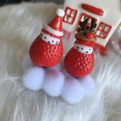 【苺ぼうや】ふわふわの雪の上のサンタクロースとトナカイ