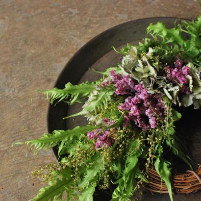 野の花屋 羊歯とハイブリットスターチースのワンサイドリース