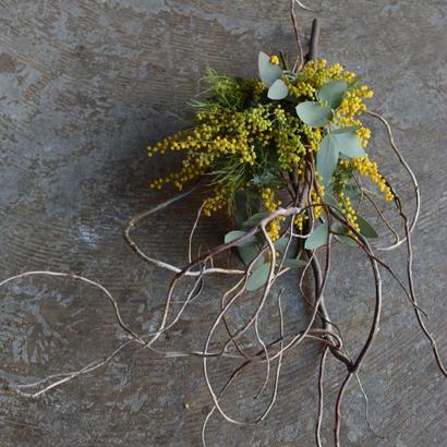野の花屋  ミモザと雲竜柳のスワッグ