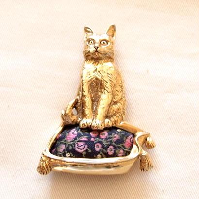 1928 ヴィンテージブローチ  薔薇の刺繍のクッションに座る猫