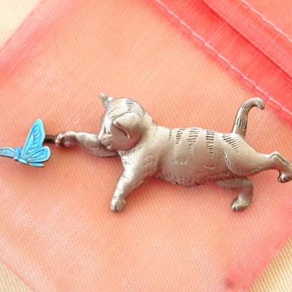 【再入荷予定あり】JJ ヴィンテージブローチ 猫と蝶々2  パステル