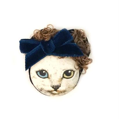 カーリーヘア猫ブローチ(白ねこ/オッドアイ)