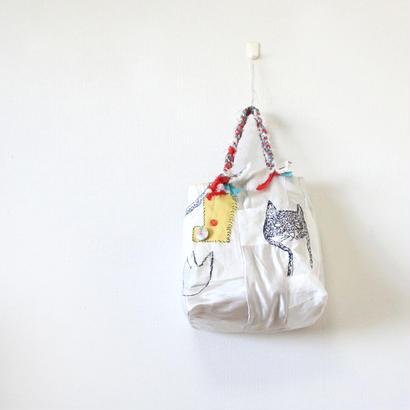 刺繍バッグ「ハナとネコとクモ」