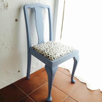ダルメシアン柄のネコの椅子~1950's 英国アンティーク ベビーブルーカラー オークチェア~
