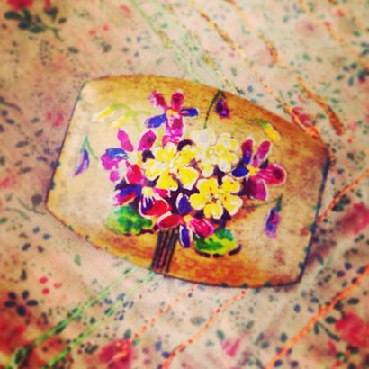 Vintage Brooch  木肌に花束の絵