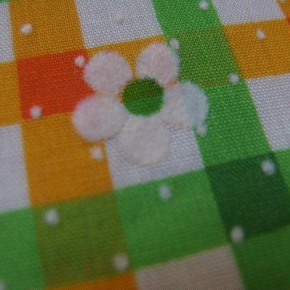 #402 レトロな凹凸の白い花と格子柄