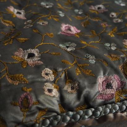 grand couvre brodé de fleurs