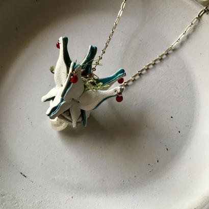 Butterfly crown Necklace〈ホワイト〉