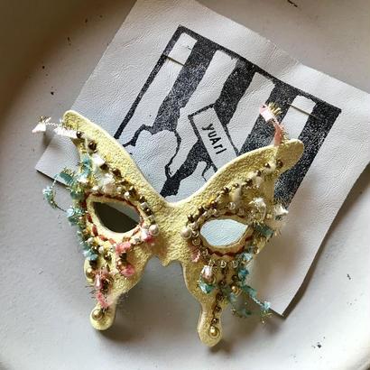 蝶仮面ブローチ〈プリズムイエロー〉