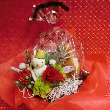 陶器のスノーマンとバラのプリザーブドフラワーを使った可愛いアレンジと冬の焼き菓子2袋のギフトセット