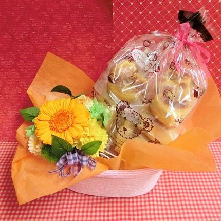 黄色の陶器にアレンジしたガーベラのプリザーブドフラワーと果物や野菜を使った焼き菓子8袋のギフトセット♪(*^▽^*)