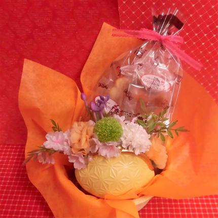がまぐち型陶器にピンポンマムのプリザーブドフラワーをメインに桜の花をあしらったアレンジと桜の焼き菓子8袋のギフトセット