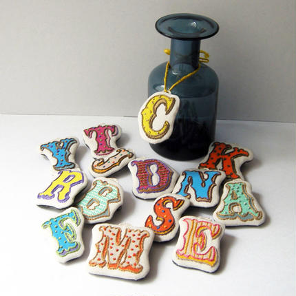 wappen brooch -alphabet-