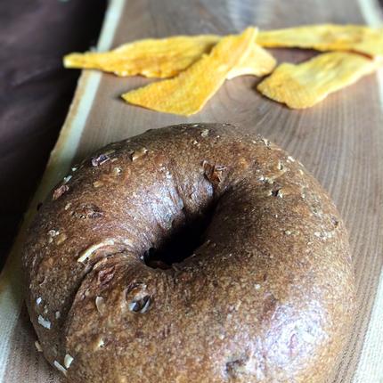マンゴーココナッツクリームチーズのベーグル