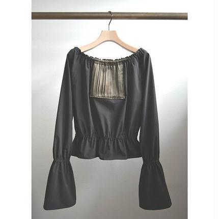 square panel off‐shoulder blouse  BLACK×KHAKI