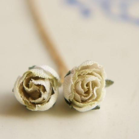 小さな薔薇のピアス