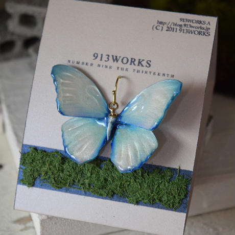 蝶のピアス メネラウスモルフォ white blue.col 2Ssize (両面、片耳用)