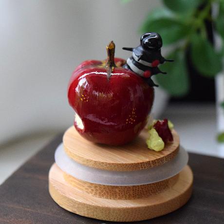リンゴにまみれる夢をみる大胡麻斑