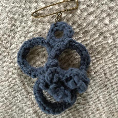ガラ紡糸のブローチ サークルネイビー