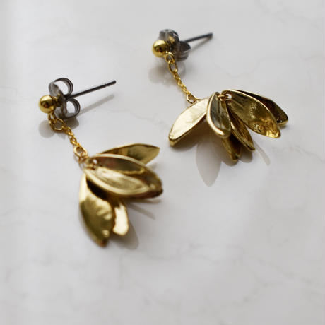 e132/p237 metal leaf earring / pierce