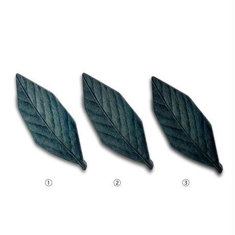 ivory+藍染ブローチ   Wooden brooch - indigo leaf-