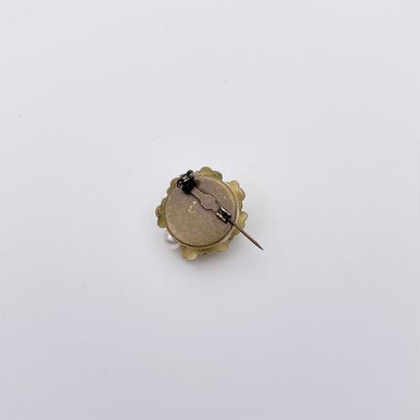 マットゴールドのフラワースパンコールブローチ