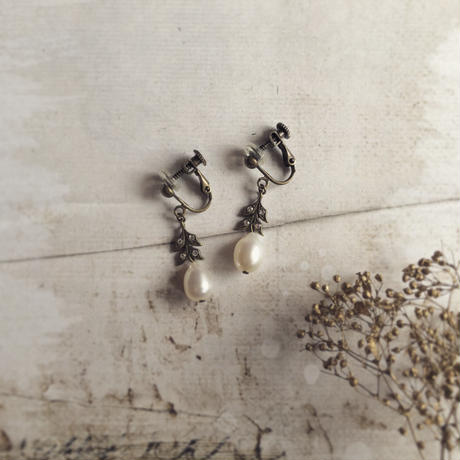 ラインストーンリーフと淡水パールのイヤリング