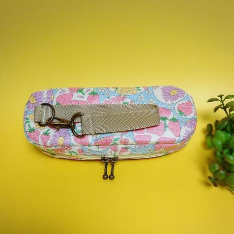 ひょっこりエピペン用ポーチ1本両開きタイプ・イチゴ水色ラミネート生地【No.190924b】