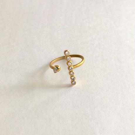The crux ring /White zircon, gray rough diamond