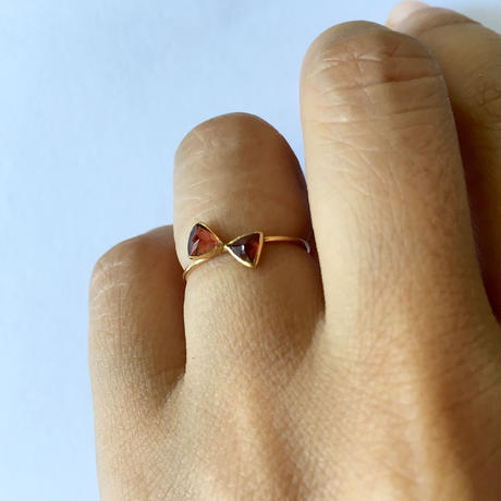 18ct yellow gold ribbon ring / Garnet