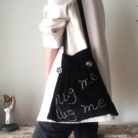 """hug me"" shoulder bag (black)"