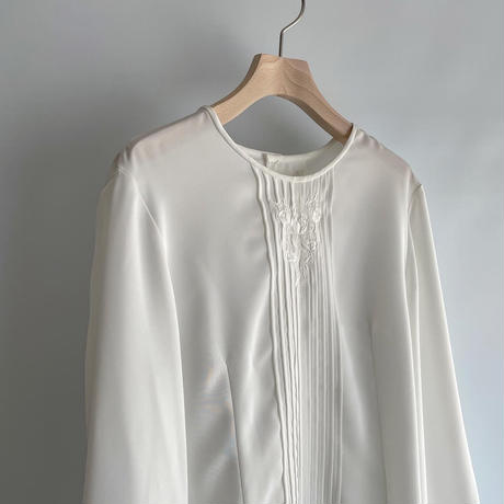 Embroidery crew neck blouse