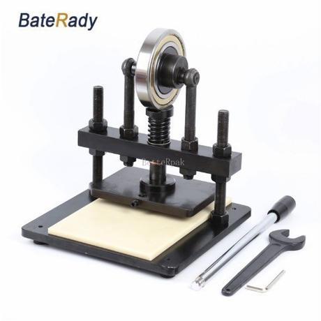 レザークラフトにおすすめ 小物の制作に便利な小型タイプ 革裁断機 手動