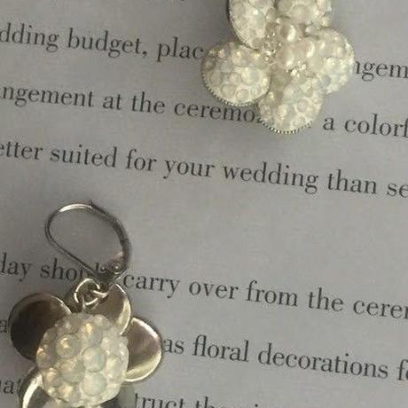 白いお花のピアス/スワロフスキーのフラワー立体モチーフ揺れるタイプのフックピアス/スタッドピアス
