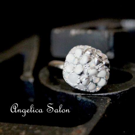 砂糖菓子の様なスワロフスキーとお花のリング 希少なホワイトチョークのスワロフスキーさわやか かわいい