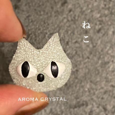 ネコ+アロマディフューザー/  世界初!ガラスが香るアロマディフューザー・新作!可愛すぎてズルいシリーズ・ねこ《アロマクリスタル》ペンダントトップ/ブローチ・贈り物〜AROMA CRYSTAL®〜