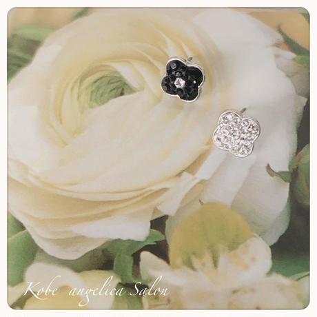 小さなお花のチタンピアス/スワロフスキーのフラワー・スタッドピアス・レッド、ホワイト、ブラック、クリア。オーダーカラー可能誕生日プレゼント・女性の喜ぶギフト