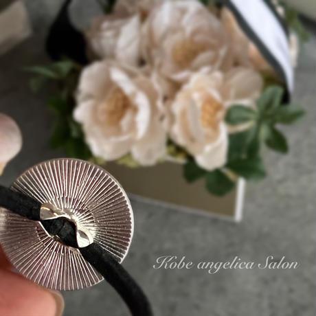 シックなのに華やか、スワロフスキーのヘアゴム/ 大人の女性に贈る 艶のある時間。シルバーヘアにも素敵な髪飾り。50代ファッション 40代コーデ