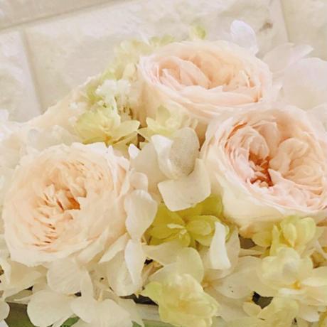 送料無料 オールドローズが咲き誇る、ホワイトシャンパンのプリザーブドフラワー、バラのアレンジメント・ウエディング