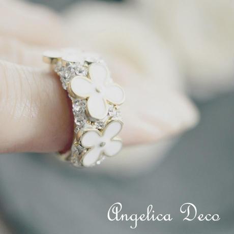 白いお花の夏花リング 四つの花びらキラキラ スワロフスキー、グルーデコ  真実の愛・幸福・健康・富をねがって。